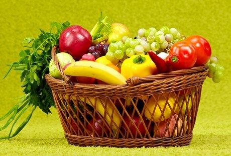 Mettiamo Un Cesto Di Frutta E Verdura Sotto L Albero Di Natale
