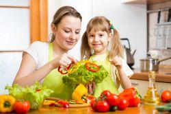 I bambini mangiano piu 39 verdure se cucinano con i genitori - Bambine che cucinano ...